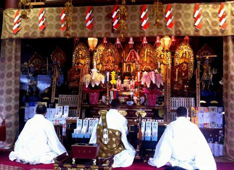 사원의 제단 사원 승려 스님