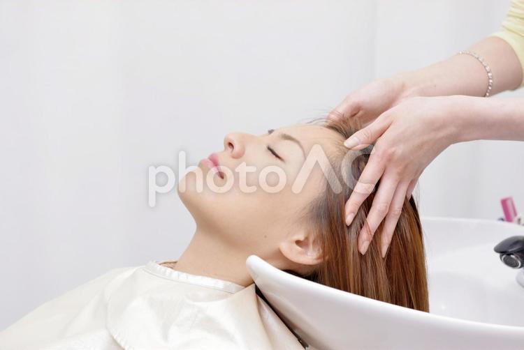 美容室 シャンプーする女性18の写真