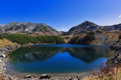 연못에 반사 된 산의 풍경