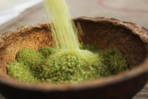 綠色粉末在陶器澆注