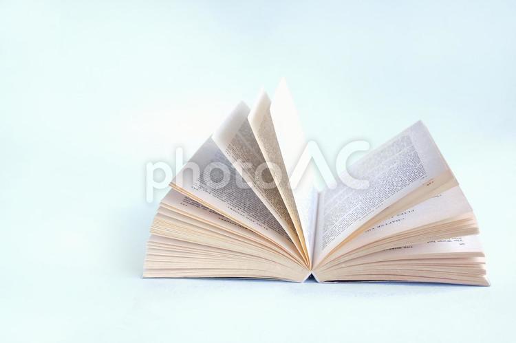開きかけの本の写真