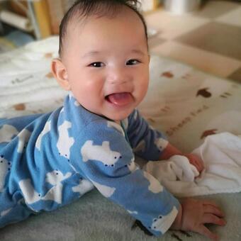 벨로을내어 웃는 아기