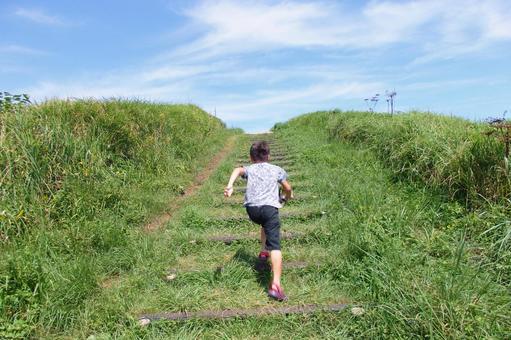 在陽光明媚的日子裡,孩子跑上樓梯時,帶有速度感的照片背景材料