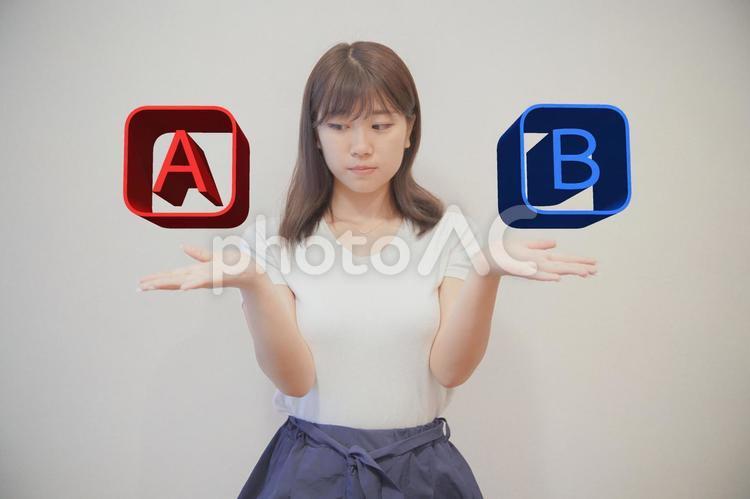 AとBで迷う女性の写真