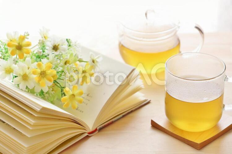 本とハーブティーの写真