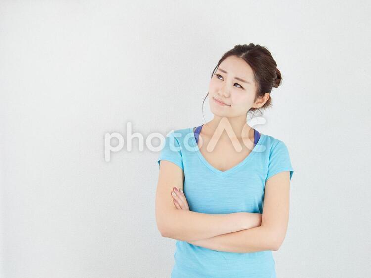 悩み事や心配がある女性のイメージの写真