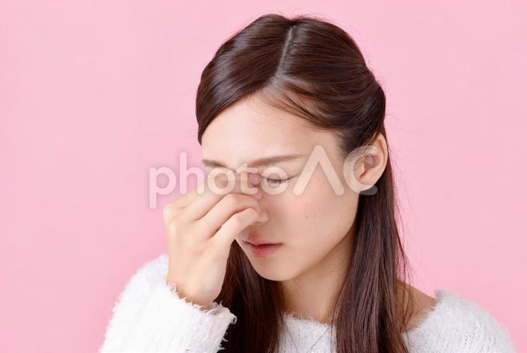 目頭を押さえる女性1の写真