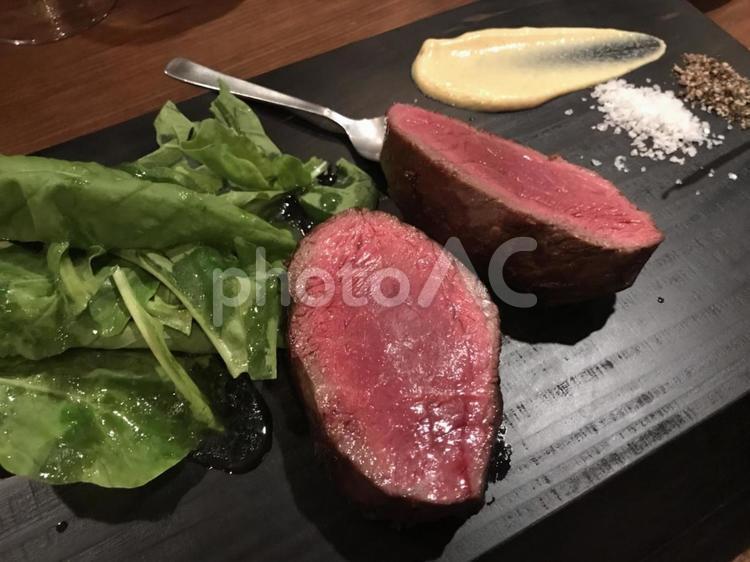 牛肉のステーキの写真