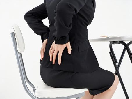 흰색 배경에 허리 통증으로 고민하는 여성 OL