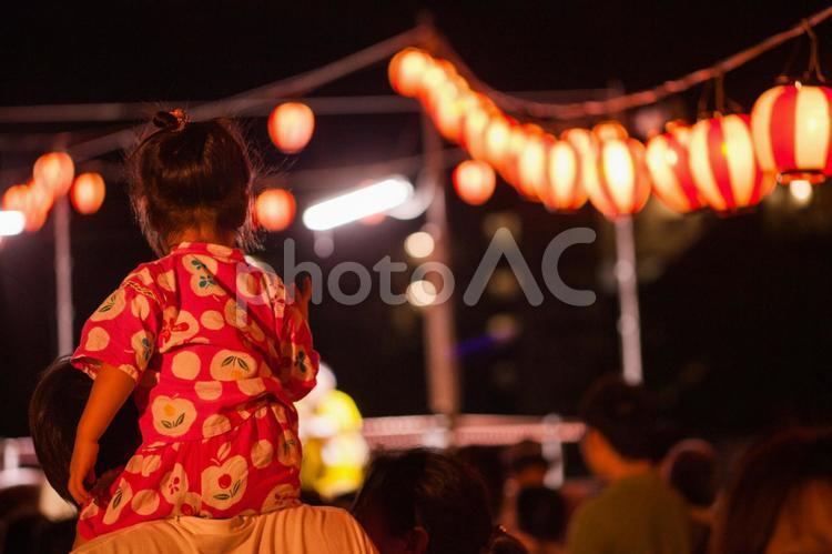 夏祭り 肩車の写真