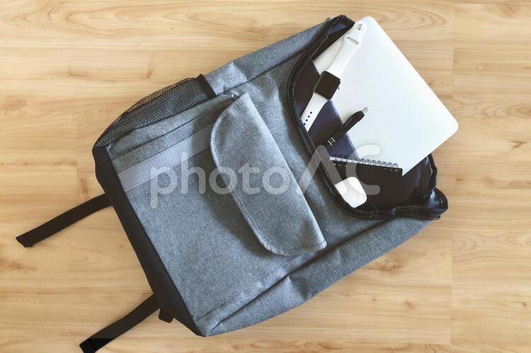 床に置いたバックパック2の写真