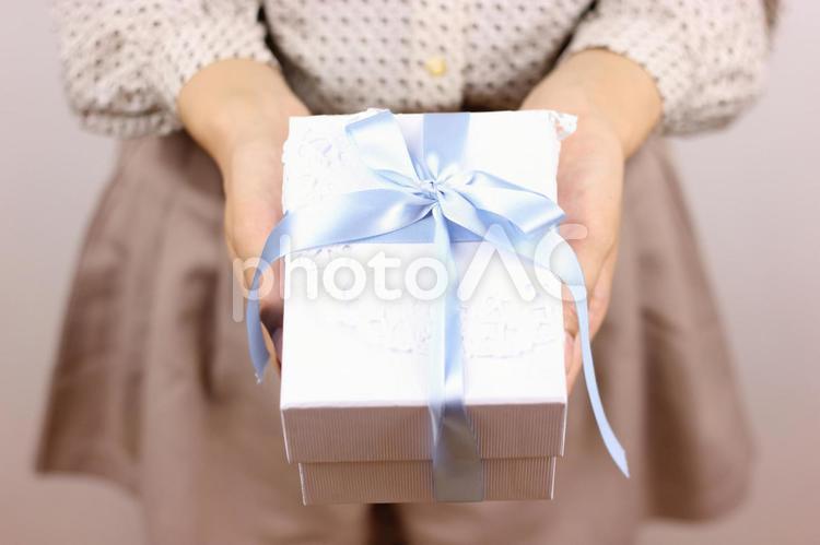 プレゼントを贈る女性の手元3の写真