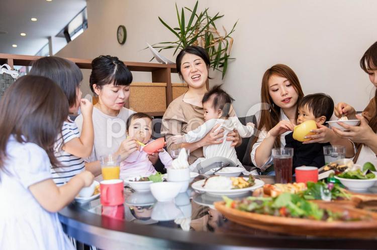 ベビーカフェでランチするママ友の写真