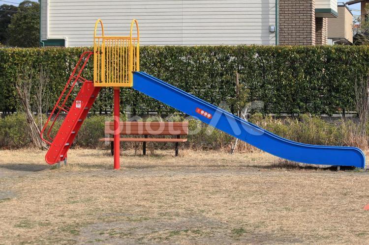 公園の滑り台の写真