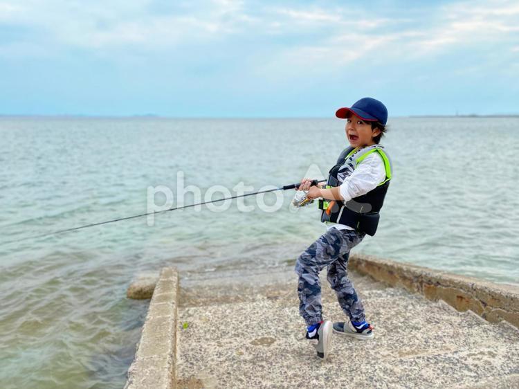 魚釣りをする小学生の子供_01の写真