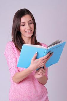 一个女人读一本书