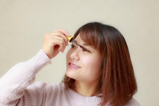 應用睫毛膏的女人