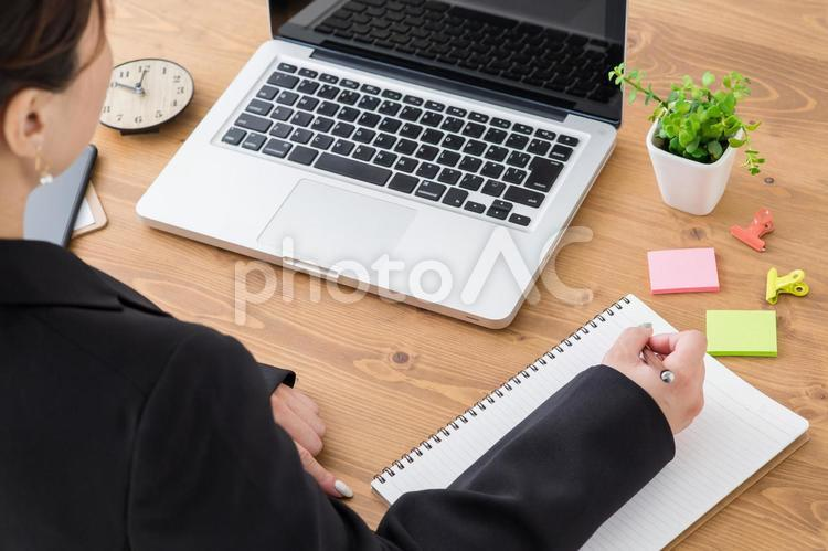 仕事をする女性の写真