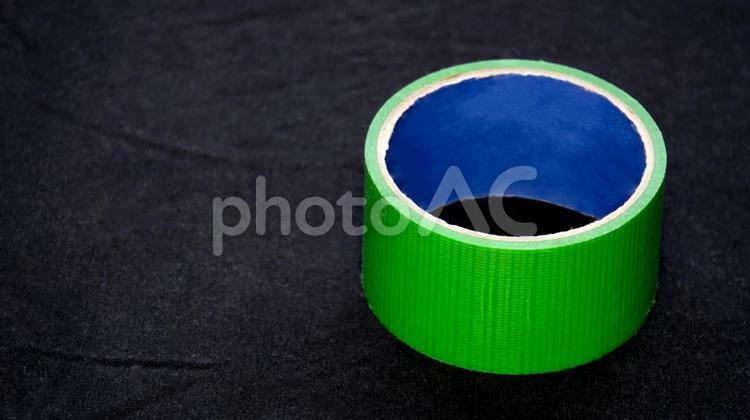 緑の養生テープ 黒バック右寄せの写真