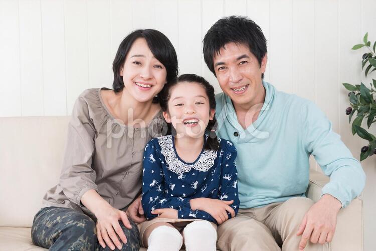 ソファで寄り添う親子3の写真