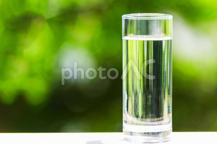 自然の緑背景とお水の写真
