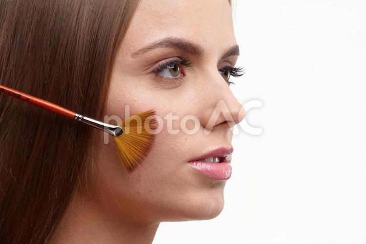 メイクする女性 チーク6の写真