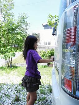 一个女孩洗车