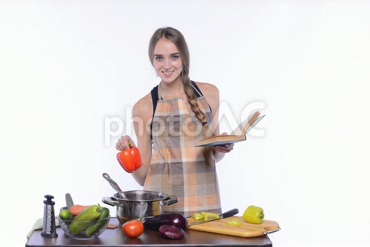 エプロン姿の女性 クッキング71の写真