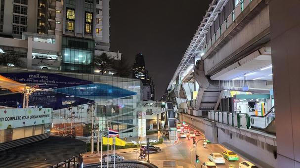 도시의 밤 거리 풍경