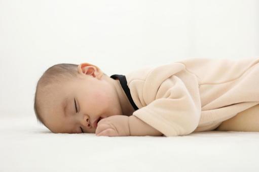 ラグマットで眠る赤ちゃん2