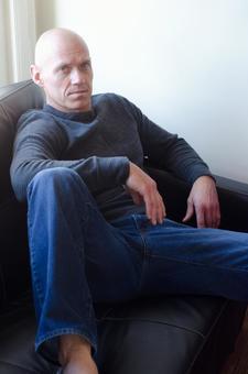 1名男子放鬆在沙發上