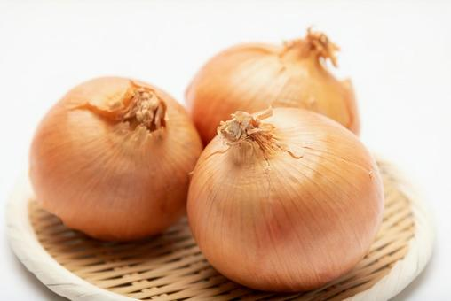 Onions placed on a colander