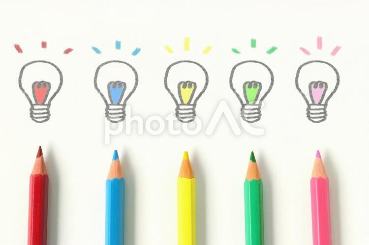 色鉛筆で描いた電球の絵の写真