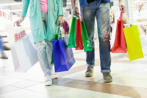 這對夫婦的腳3正在購物,有很多紙袋