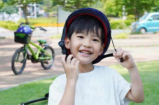 孩子們練習自行車