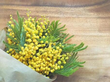 含羞草木紋背景的花束