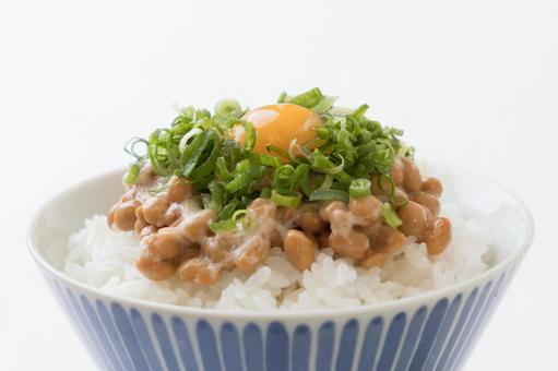 낫토 밥 파 메추라기의 달걀 흰색 배경