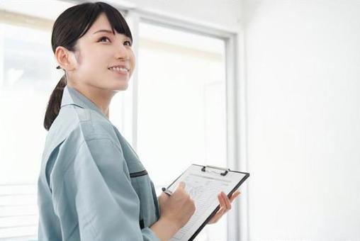 住宅の設備を点検する日本人女性作業員