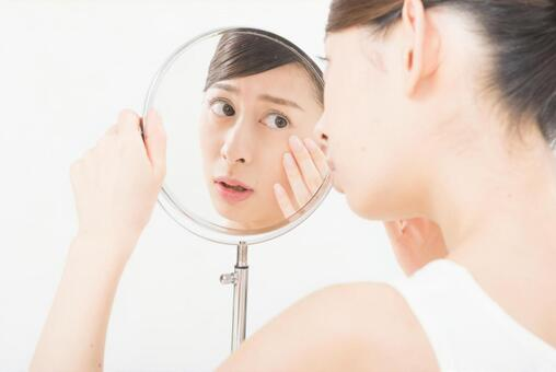 A woman who checks the skin with a mirror (Mosho Moshi) 7