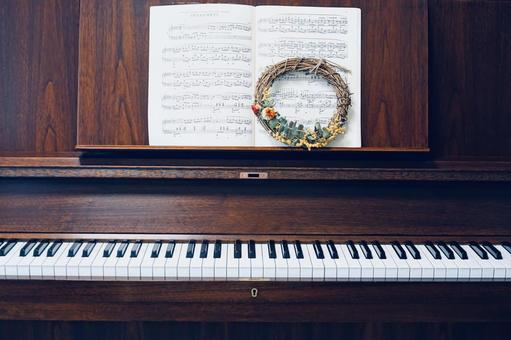 Wood grain upright piano