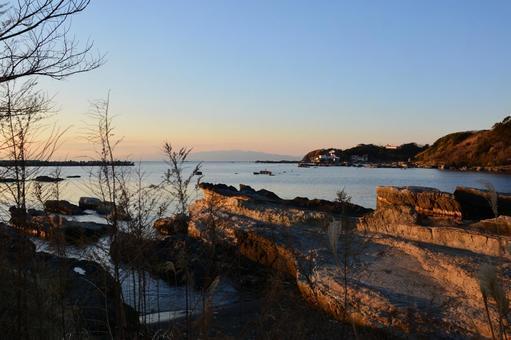 海邊黃昏地平線,岩石和半島的景色