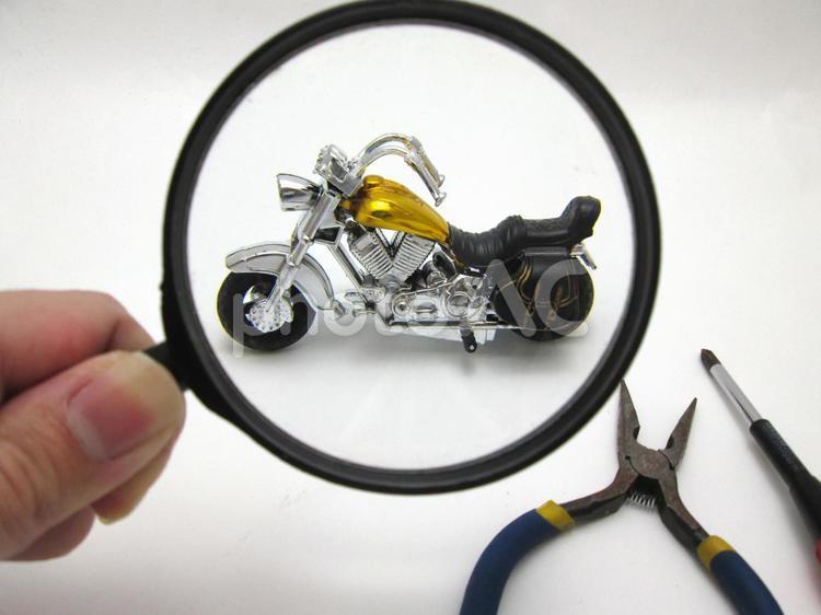 オートバイの修理の写真