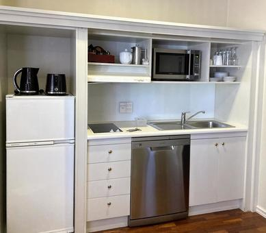 Compact kitchen that makes good use of small storage space
