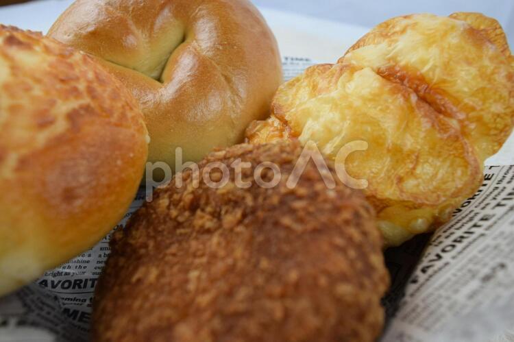 パン屋さんに並ぶ焼きたてパンのイメージの写真