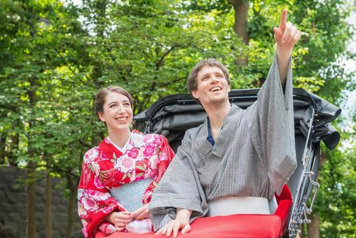 Foreign tourist couple of Yukata riding a rickshaw 5