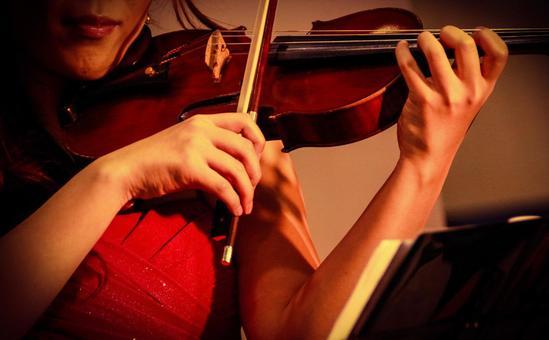 바이올린을 연주하는 여성