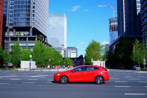 藍藍的天空和紅色的車