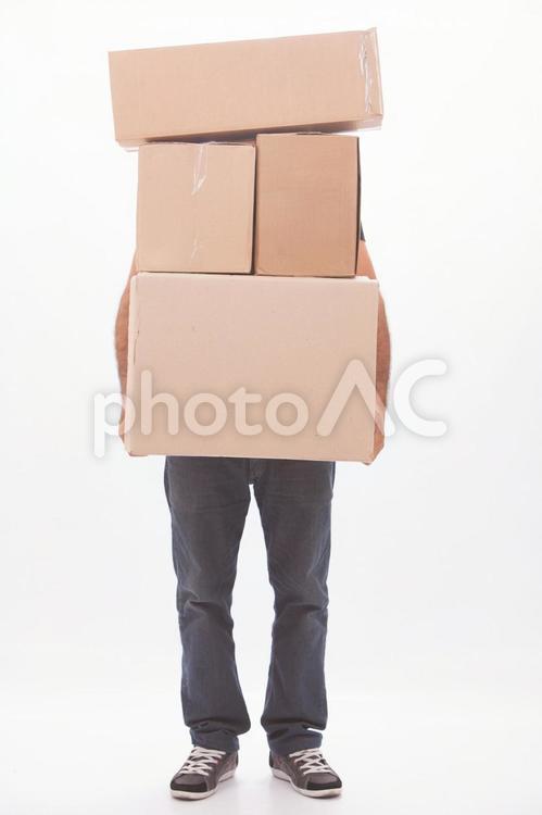 ダンボールを運ぶ男性6の写真