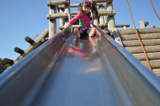 滑り台をする子供