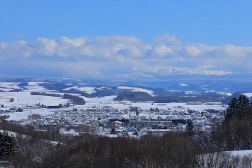북서쪽의 언덕 전망대에서 겨울 비 에이 시가지를 원하는